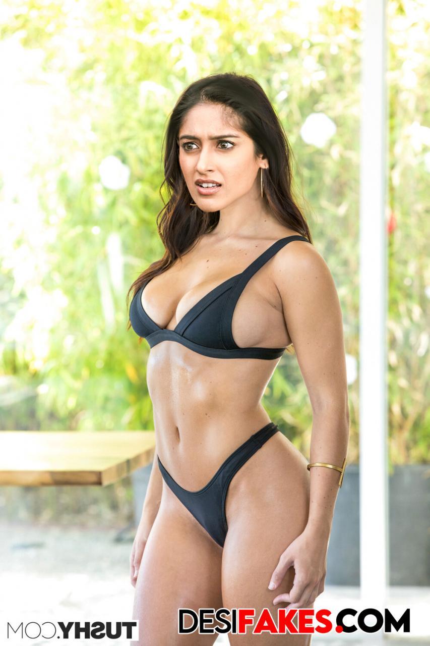 ileana Big Boobs Saree Navel Images