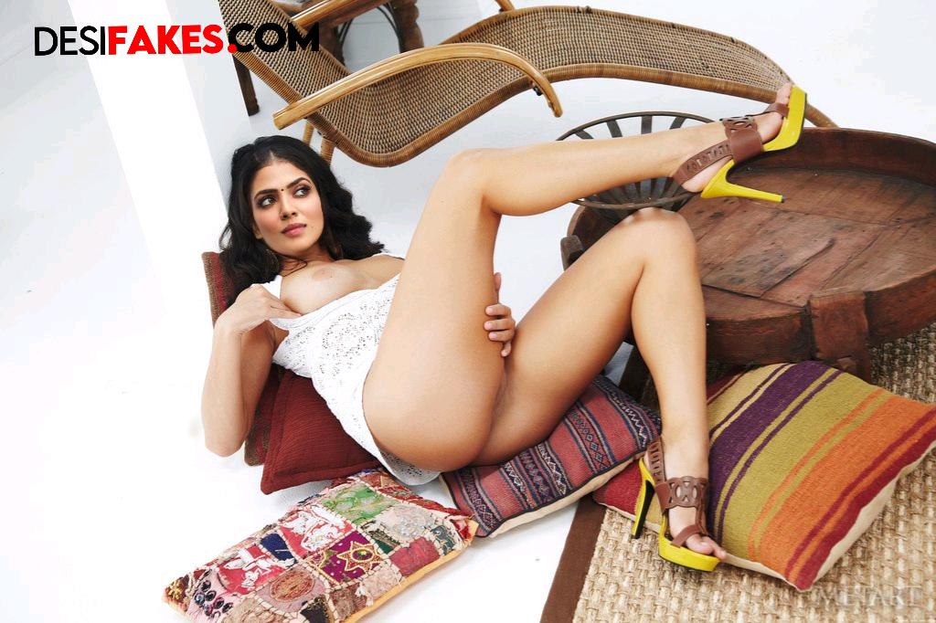 Malavika Mohanan Xxx Sexy Saree Clip